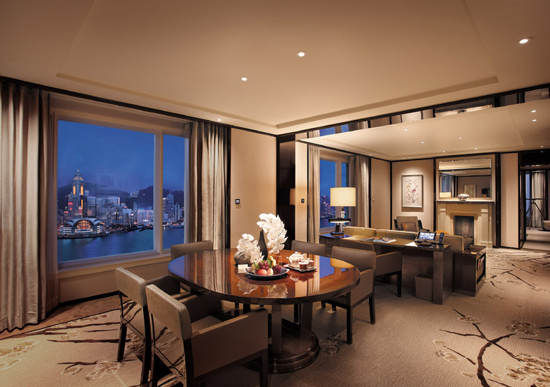 Grand Deluxe Harbour View Suite Night