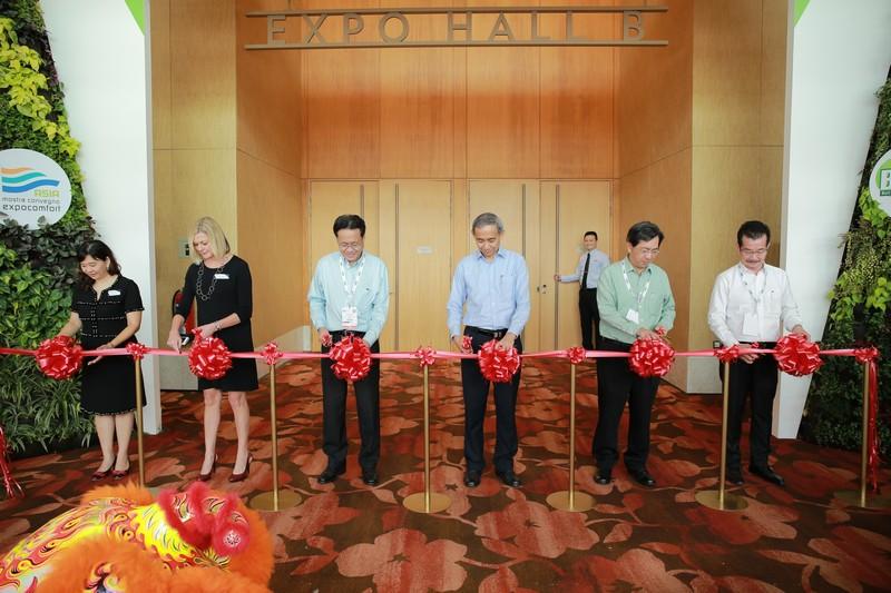 Pic 6 - BEX Asia 2015 Opening - Ms Michelle Lim, Ms Debbie Evans, Mr Quek See Tiat, Mr Choi Shing Kwok, Mr John Keung, Mr Chia Ngiang Hong